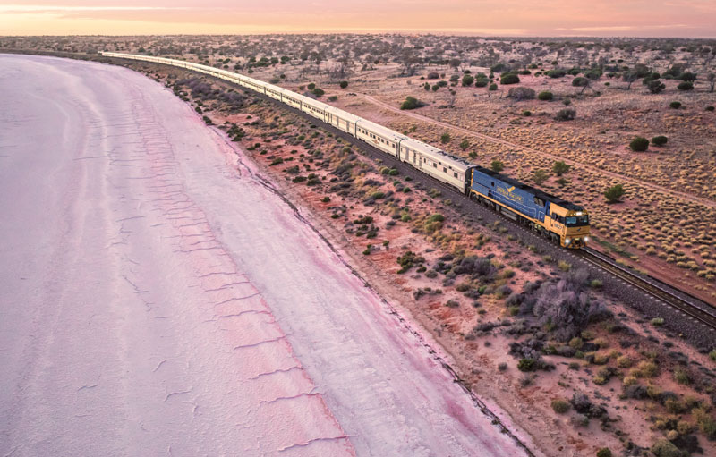 Der Indian Pacific passiert den Lake Hart